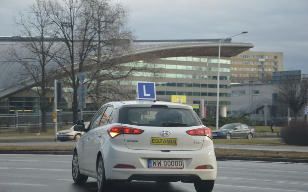 samochód do przeprowadzania egzaminów państwowych na prawo jazdy z znakiem l na dachu